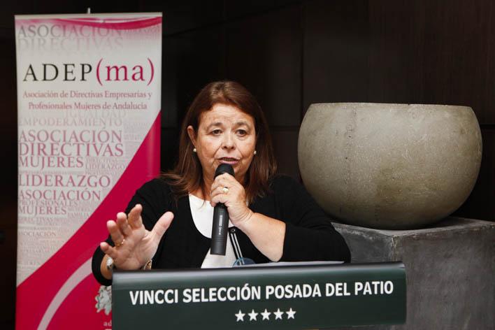 151110 MALAGA-La presidenta de ADEPMA, Gemma Mele, entrega el premio ALMA de ADEPMA a Paloma Ramos Guzman. © ADEPMA/jesusdominguez.com